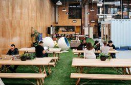 Co-working space coffee là mô hình quán café kết hợp không gian làm việc mở với nhiều tiện ích văn phòng.