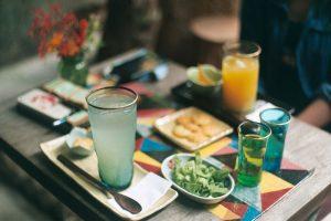 Bạn hãy thu hút khách hàng bằng chất lượng đồ uống, hương vị đặc trưng của quán hơn là giá thành rẻ.