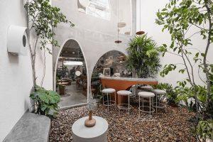 Phong cách thiết kế quán cafe sân vườn cải tạo từ nhà ở vừa tiết kiệm chi phí vừa tiết kiệm thời gian tiềm kiếm mặt bằng.