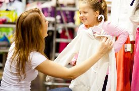 Một số gợi ý cho bạn về cách chọn màu sắc decor shop quần áo trẻ em: Phối màu hài hòa, đơn sắc và chọn màu tương phản.