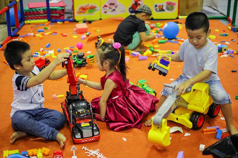 decor shop quần áo trẻ em không gian mở