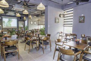 Bạn hãy ưu tiên sử dụng cây xanh để trang trí nội thất quán cà phê văn phòng.