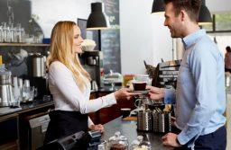 Thái độ của nhân viên bán hàng rất quan trọng, vì khi khách hàng đến cửa hàng thì người đầu tiên họ thấy là nhân viên. Một khi khách hàng thấy thoải mái khi nhân viên mỉm cười với họ